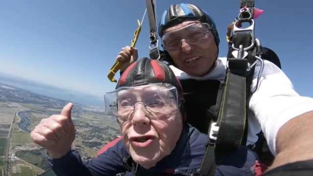 好酷!老人高空跳伞庆祝100岁生日