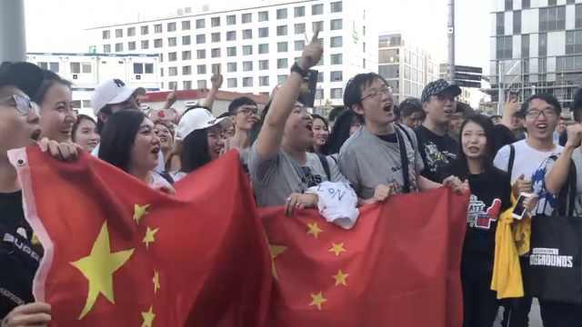 OMG夺冠!中国电竞粉丝举国旗呐喊