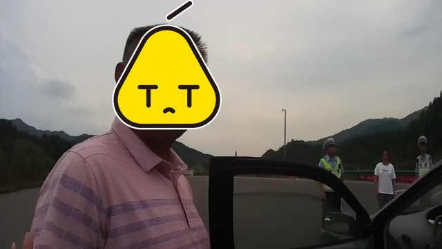 司机高速无证驾驶,还想贿赂交警