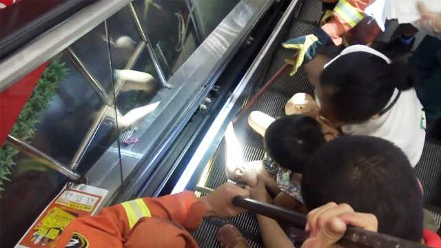 贪玩!女童挣脱妈妈,踏上扶梯就被卡