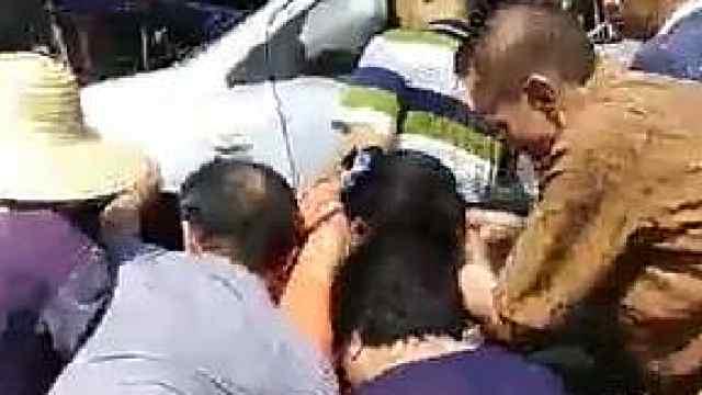 女子被撞困车底,市民合力抬车救人