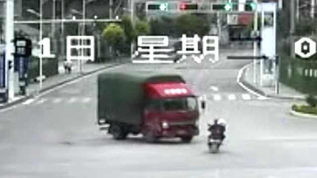 他骑车载老伴被撞,车散架还负全责