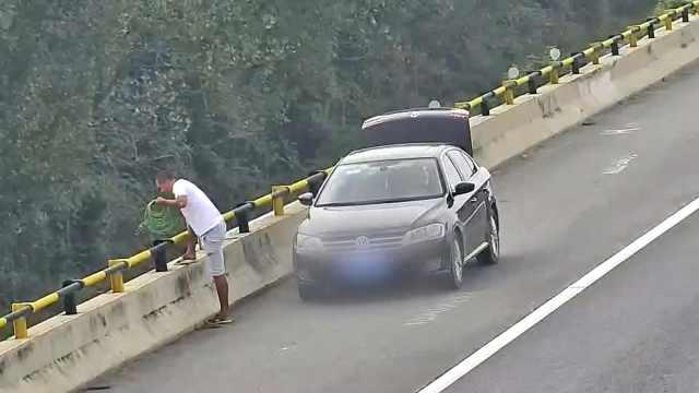 轿车违停应急车道,司机下车