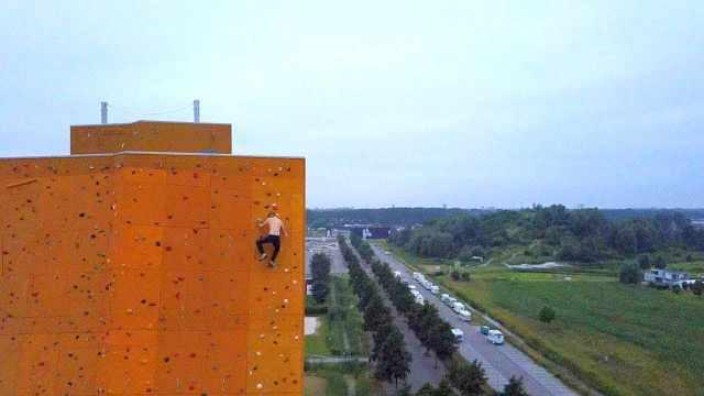 不用绳索:小哥爬世界最高攀岩墙