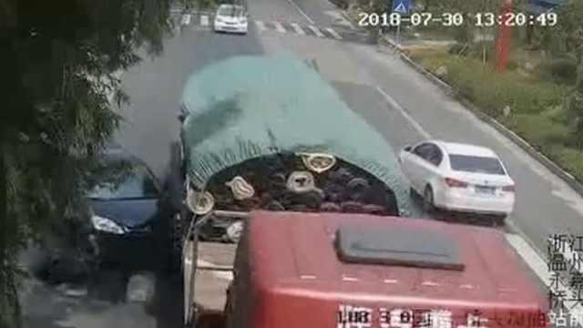 轿车刮擦大货车,前保险杠直接脱落