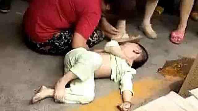 心疼!5岁娃爬上4楼楼顶,不幸坠落