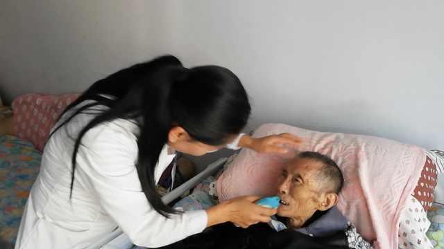 天使!她照顾空巢老人8年,1月看40次