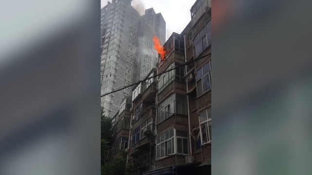 空调外机起火,消防通道竟被堵