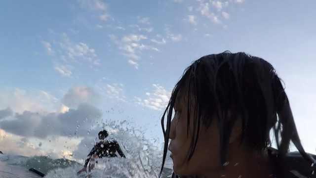 小伙子冲浪遇上大浪,幸运逃过一劫
