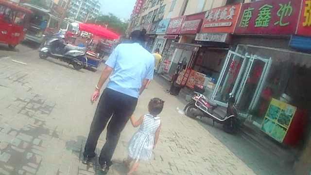 3岁女童迷路,民警带其沿路寻亲