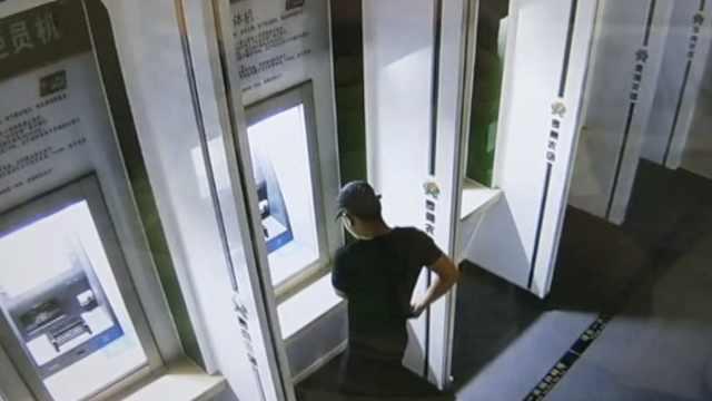 银行卡上写密码,他捡到乔装取走2万
