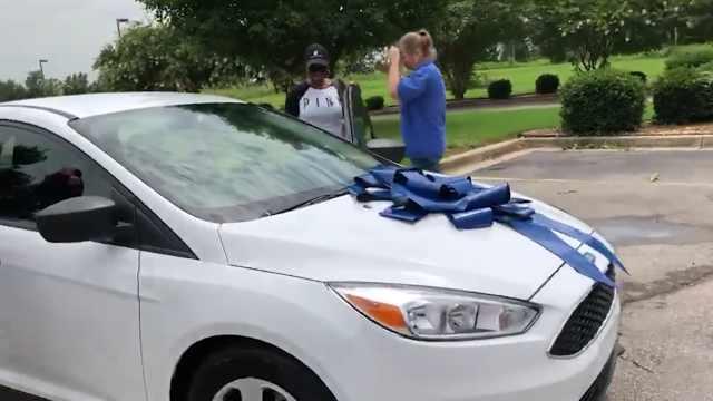 老师上班辛苦, 家长送老师一辆车