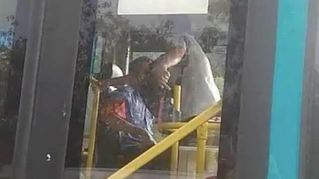 没站点不停靠,她竟抢夺公交方向盘