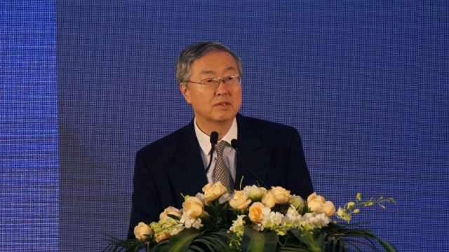 周小川:人民币国际化在波动中前进