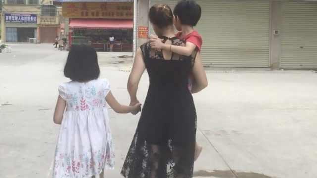 单亲妈独自带俩女,为脑瘫女学推拿