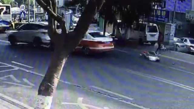 出租车连撞5车,逃逸中撞上绿化带