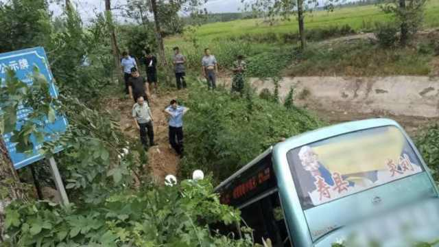 中巴车冲出路面坠水沟,致3死16伤