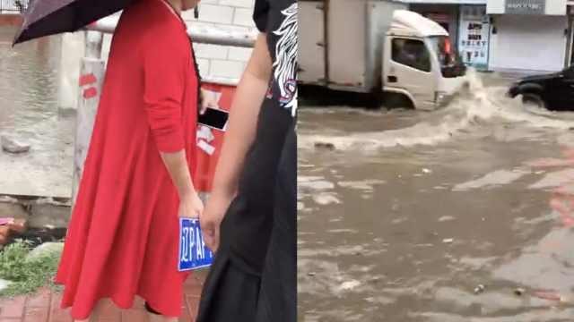 她雨中捡车牌,车主50元回赎被嫌少