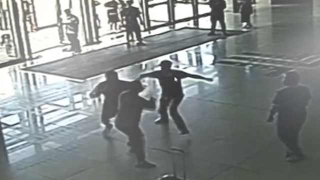 兄弟遭2醉汉插队,2V2互殴全部被拘