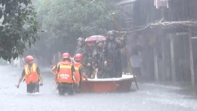 暴雨袭湖南古城,消防划船挨家救人