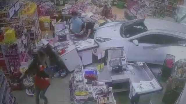 七旬老人误踩油门,将车开进商店