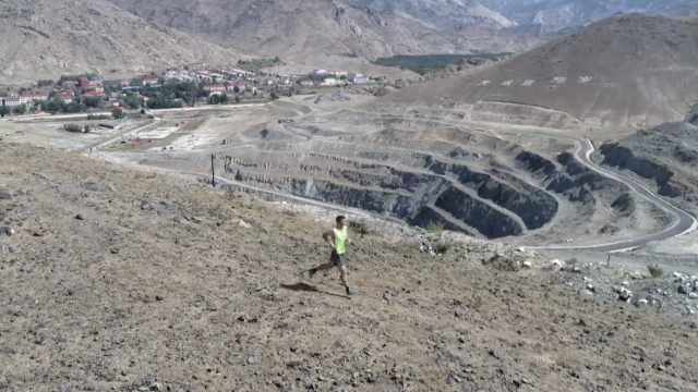 矿坑跑落差700米,冠军跑到腿抽筋