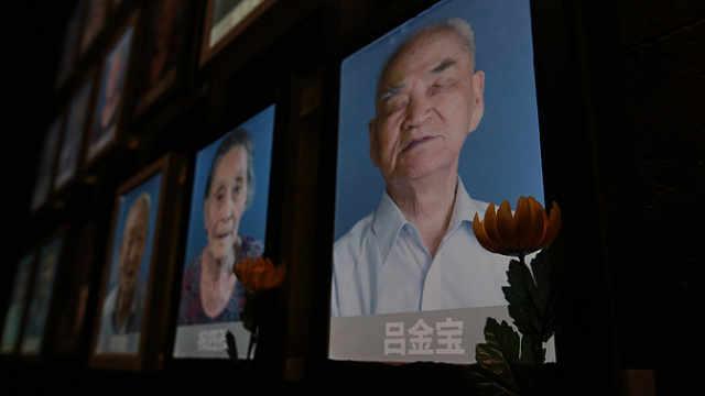 南京大屠杀幸存者照片墙又熄两盏灯