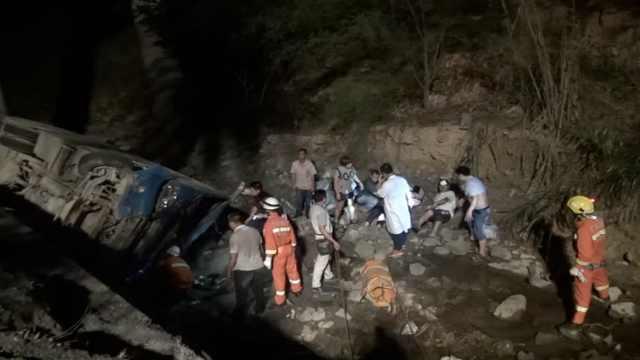 客车为让路,翻下10米山沟6人受伤