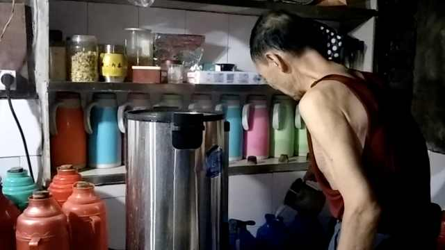 65年老茶馆的烧水翁:每天凌晨2点起