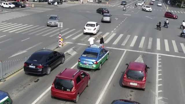 盲人被困车流险被撞,的哥下车扶