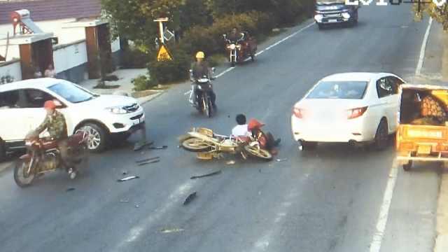 摩托车司机被撞飞,险遭对向车碾头