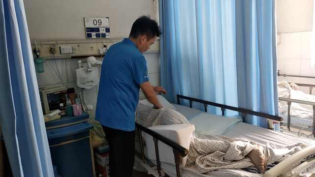 男护工每天为老人按摩:弥补孝心