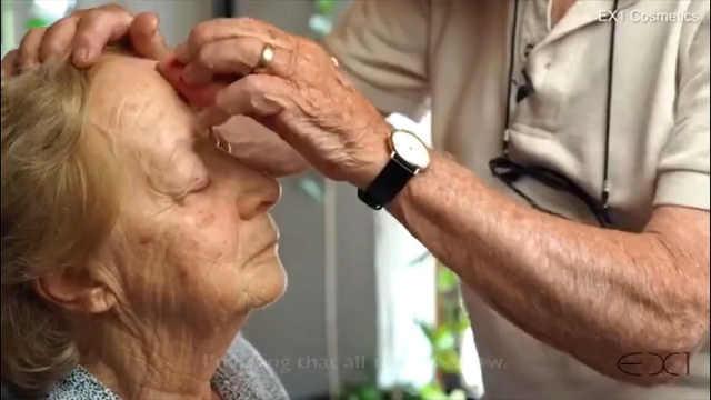 84岁爷爷给83岁奶奶化妆,真的很甜