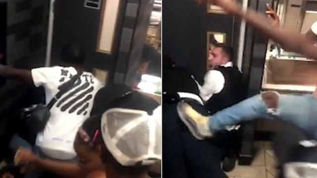警察逮捕嫌犯,群众趁乱踢警察屁股