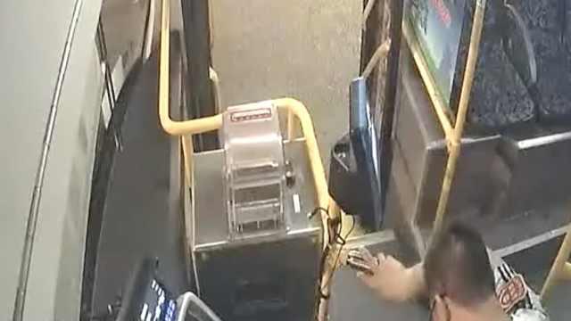 公交司机突发病,刚进站停稳就趴下