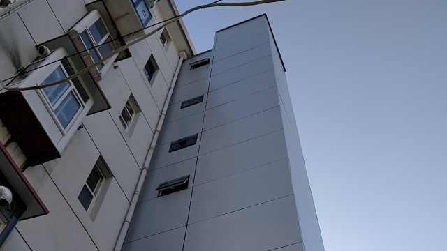 楼梯难爬,老人带动邻居众筹装电梯