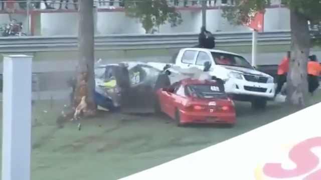 车散架被撞飞,女车手奇迹生还走红