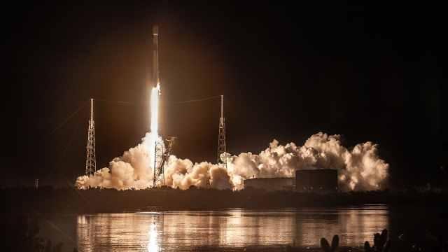 猎鹰9号发射通信卫星,成功完成回收