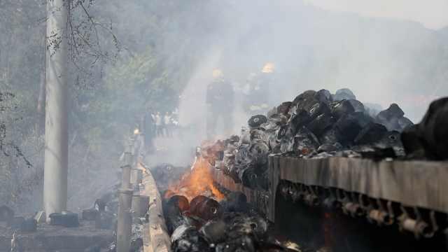 几十万没了!货车起火,30吨货烧成灰