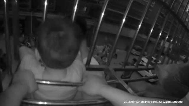 5岁男童翻窗越狱,卡防盗网动弹不得