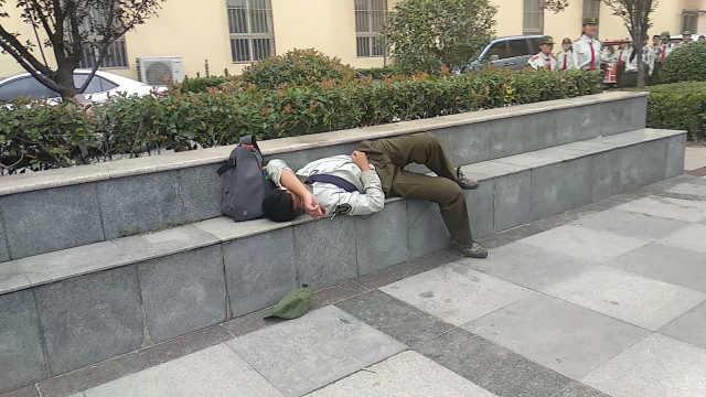大一新生躺台阶睡着:军训休息不足