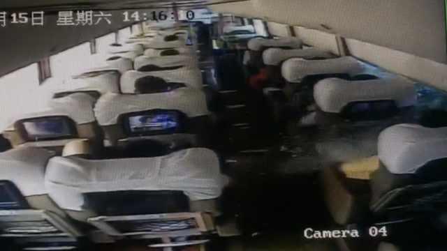 客车遭刮擦,玻璃碎裂扎伤乘客眼球