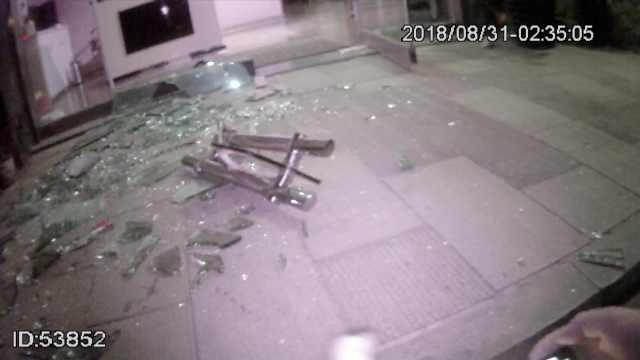 他盗足浴店被撞破,一急撞碎玻璃门