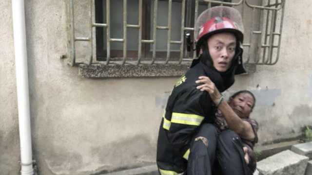 老太被困失火房屋,消防公主抱救出