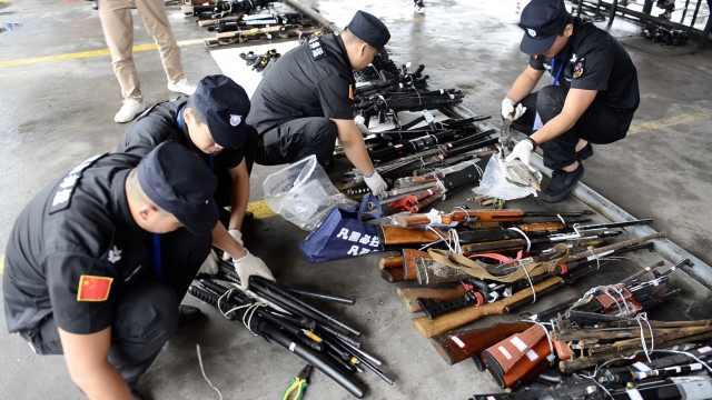 警方销毁千条枪支,瞬间炉中变钢水