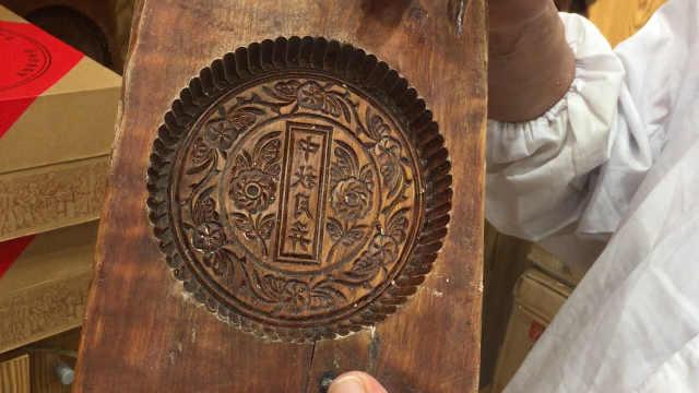 68岁艺人做月饼40年,仍用手工模具
