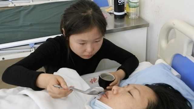 单亲妈患白血病,12岁女儿弃学照顾
