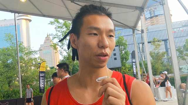 篮球小伙长相神似林书豪:他比我帅