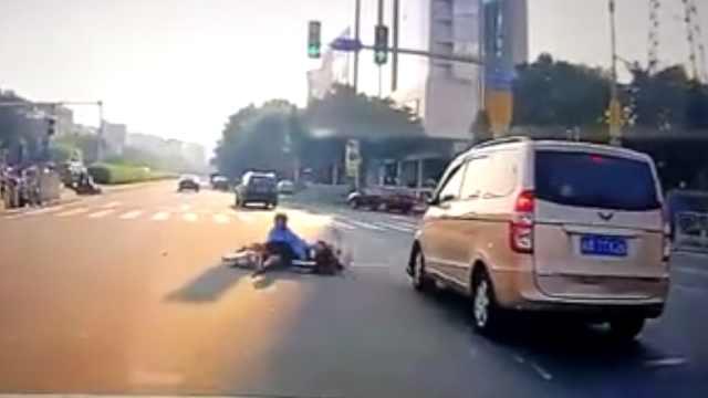 送娃上学赶时间,母女闯红灯被撞飞