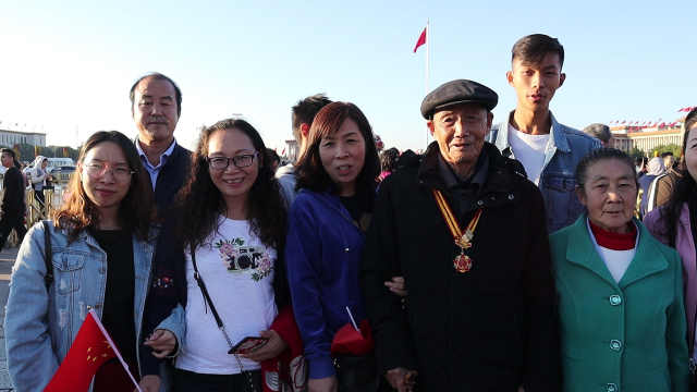 情怀! 87岁老兵天安门广场看升旗